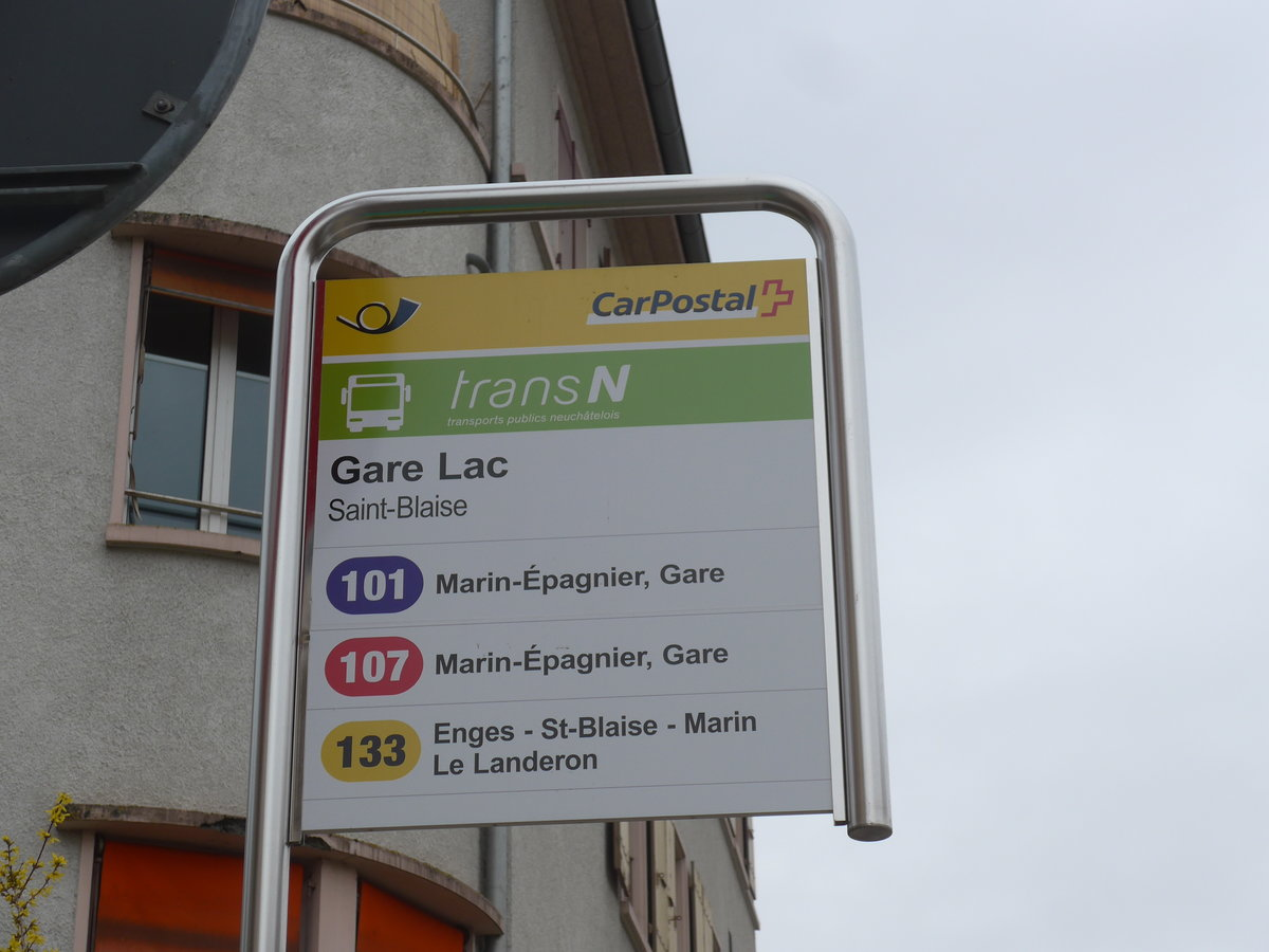 (189'995) - PostAuto/transN-Haltestelle - Saint-Blaise, Gare Lac - am 2. April 2018