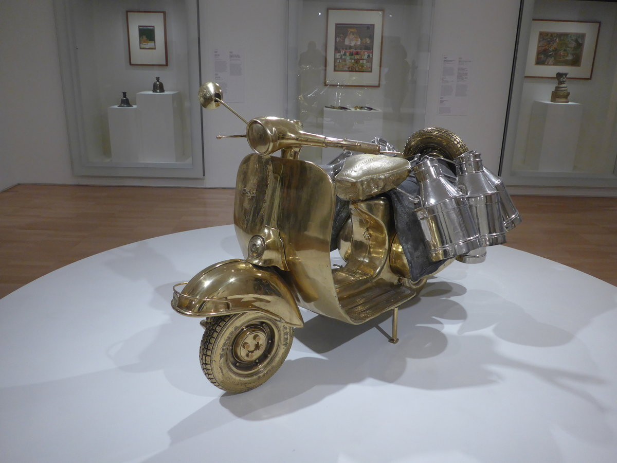 (190'156) - Goldene Vespa am 17. April 2018 in Melbourne, National Galerie von Victoria