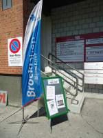 Thun/287142/138612---5-jahre-brockishop-thun (138'612) - 5 Jahre BrockiShop Thun: Fahne und Hinweistafel mit Parkverbot beim Eingang am 4. Mai 2012